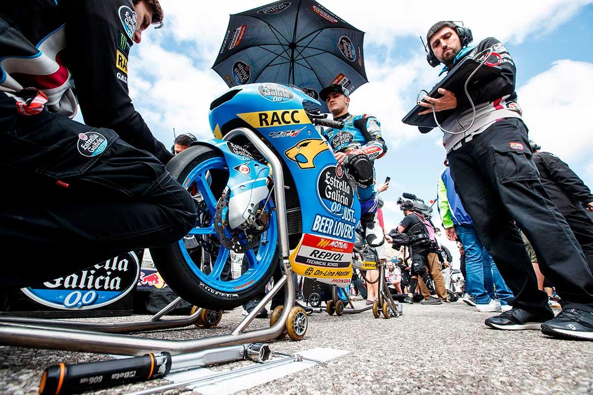 Arón Canet en la parrilla de salida con sus técnicos antes de la carrera Moto3