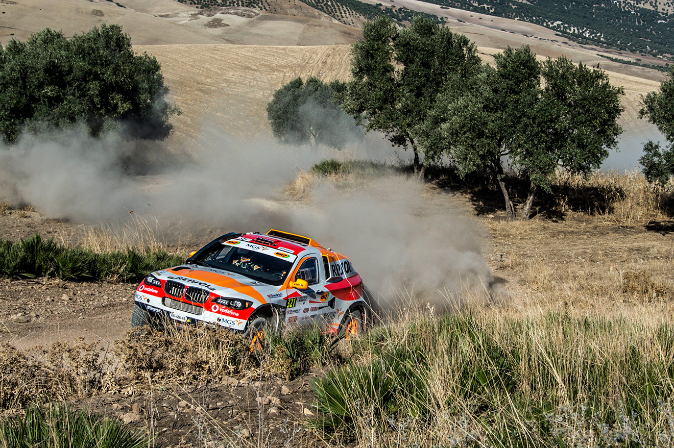 El coche de Isidre Esteve rodando en secano con vegetación baja