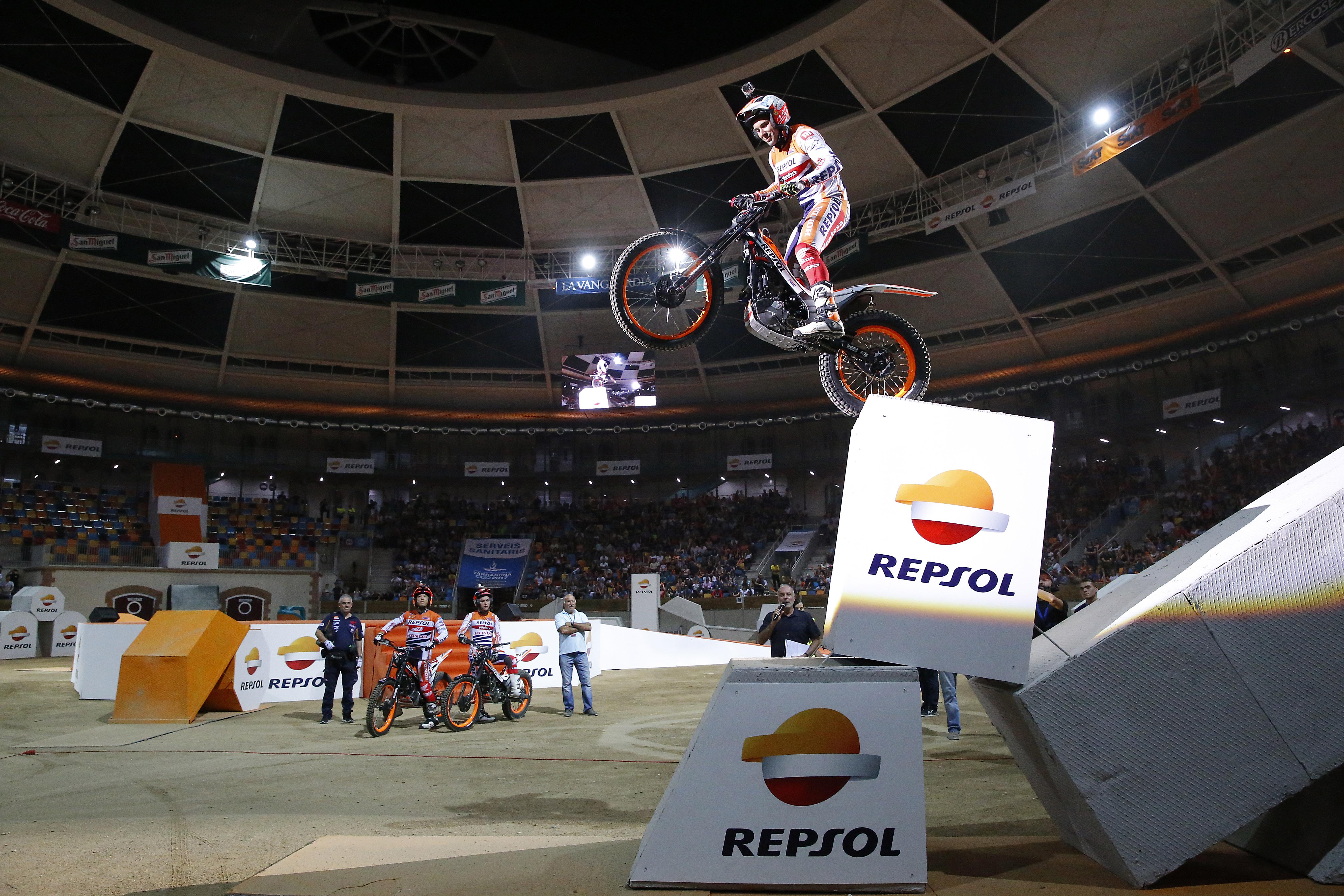 Toni Bou en equilibrio sobre un cubo con logo Repsol