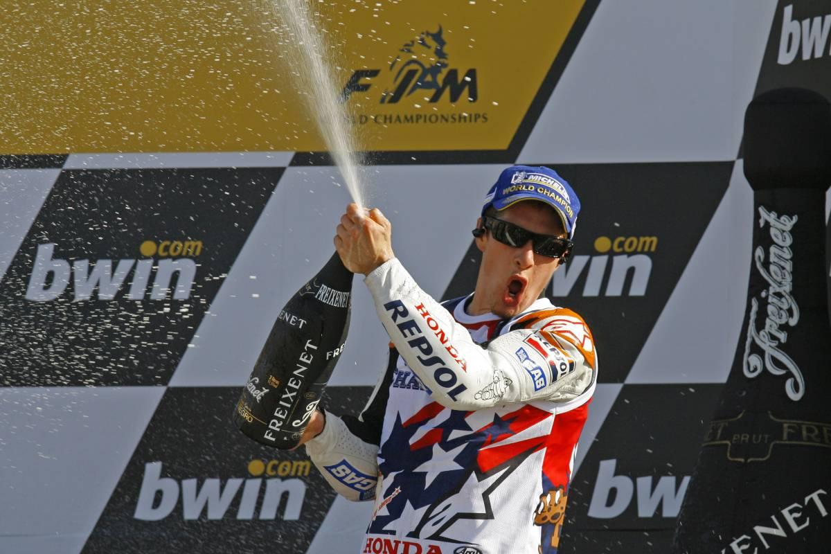 Nicky Hayden en el podio de Valencia 2006
