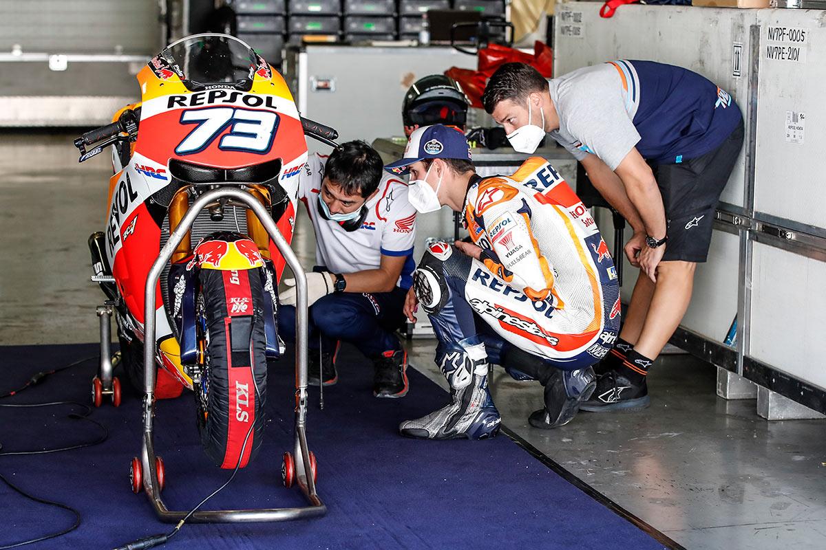 Álex Márquez y sus técnicos trabajando en la moto