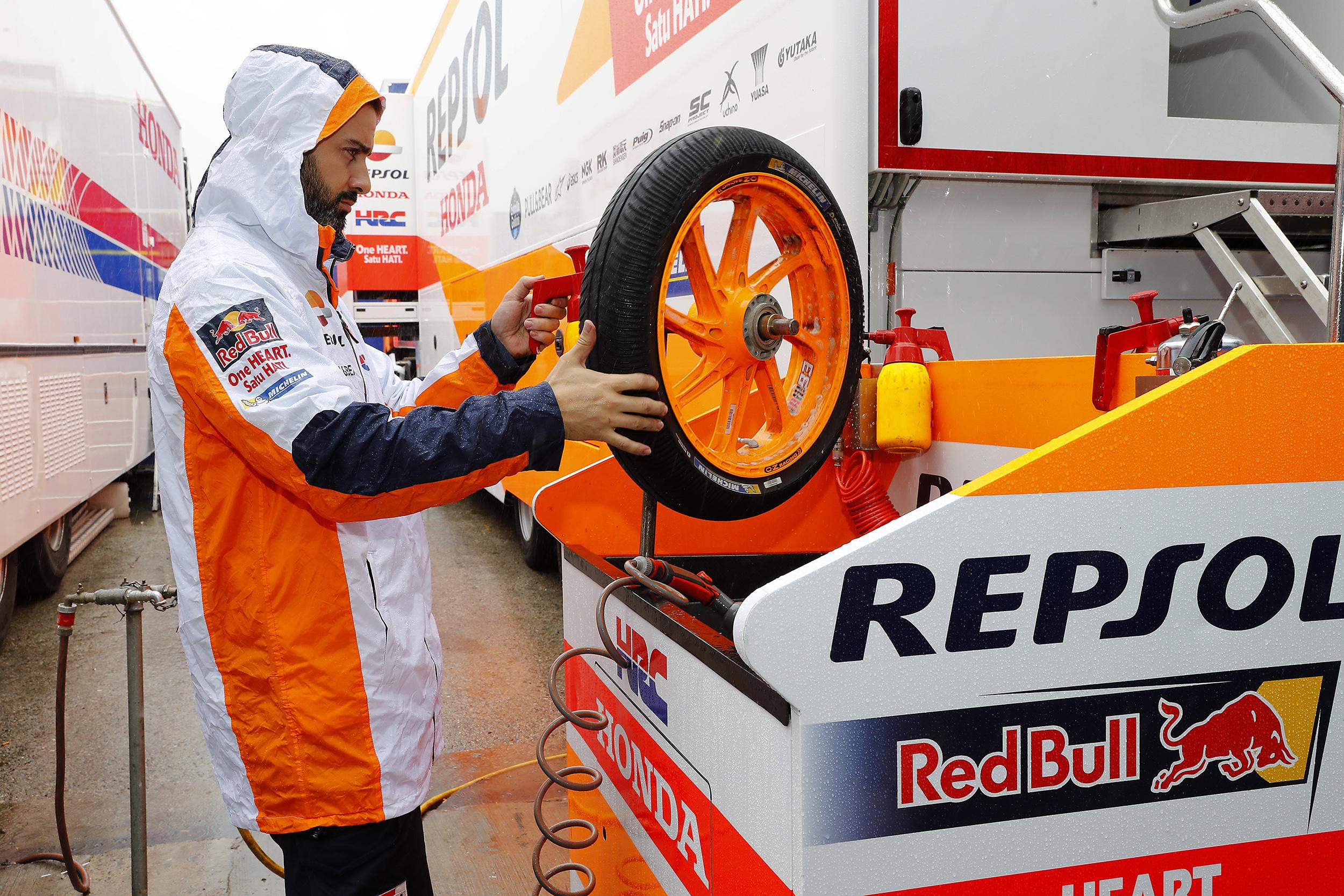 Técnico Repsol Honda sosteniendo rueda en el paddock