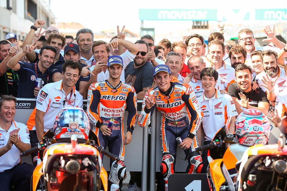 Marc y Dani celebran con el equipo el doblete en el GP de Aragón