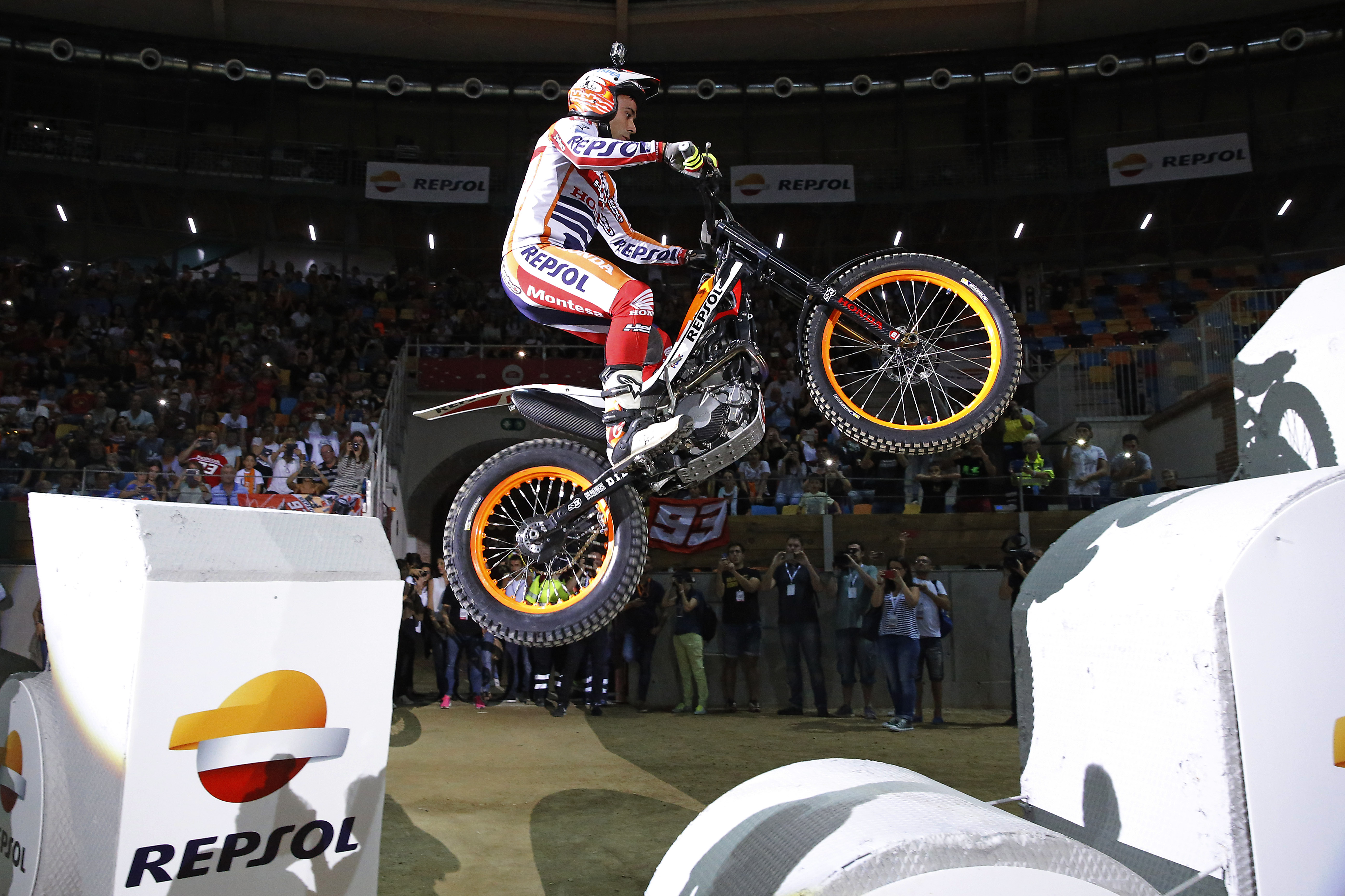 Toni Bou saltando con su Honda Montesa