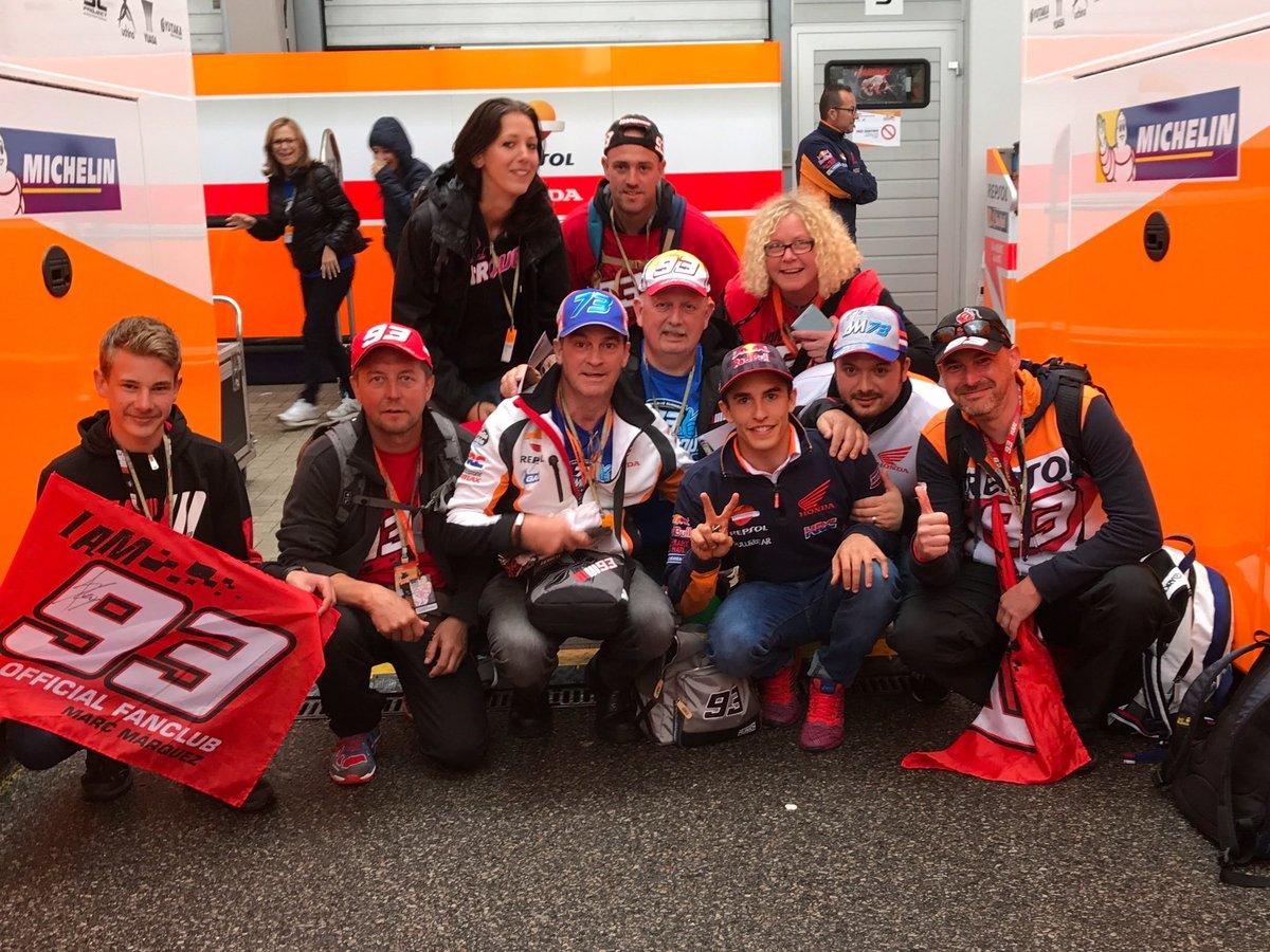 Marc Márquez con fans alemanes en el Paddock