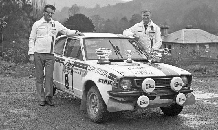 Ove Andersson junto a coche Toyota
