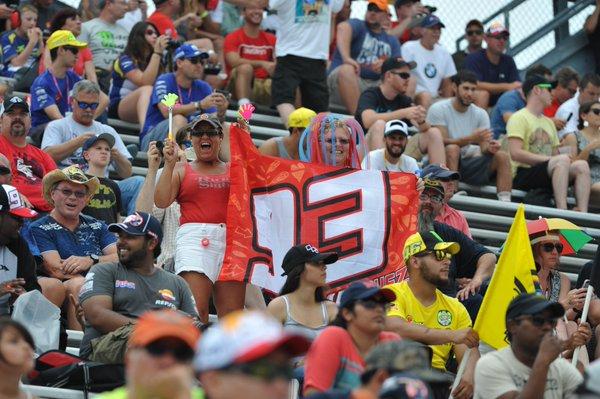Fans en las gradas con bandera del 93