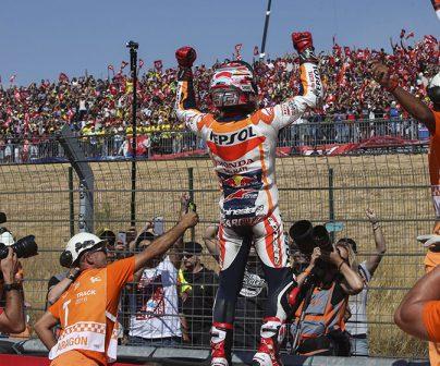 Marc Márquez festejando su victoria en Motorland Aragón en 2016