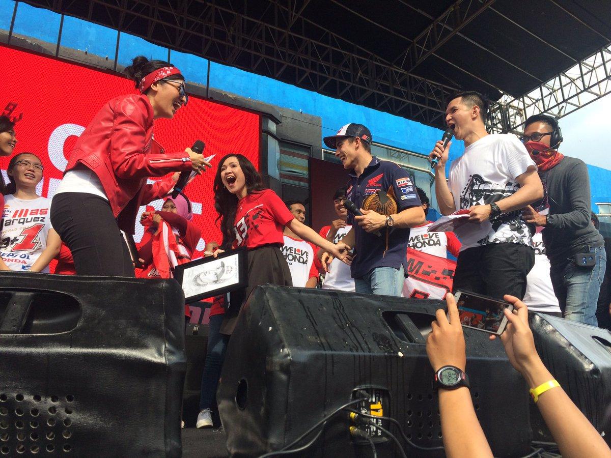 Marc Márquez con fans en escenario