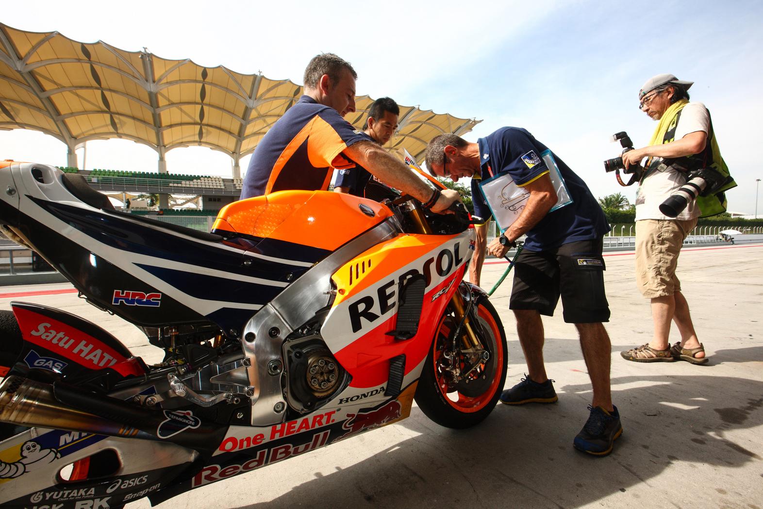 Técnicos Repsol Honda trabajando en la RC213V