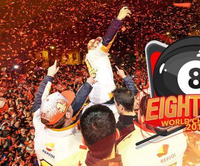 Marc Márquez celebrando el título mundial con lo fans