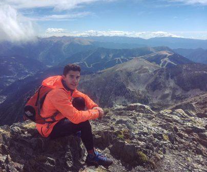 Marc observando el paisaje en una montaña alta