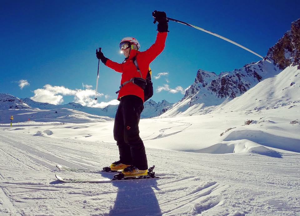Marc Márquez esquiando con los brazos levantados