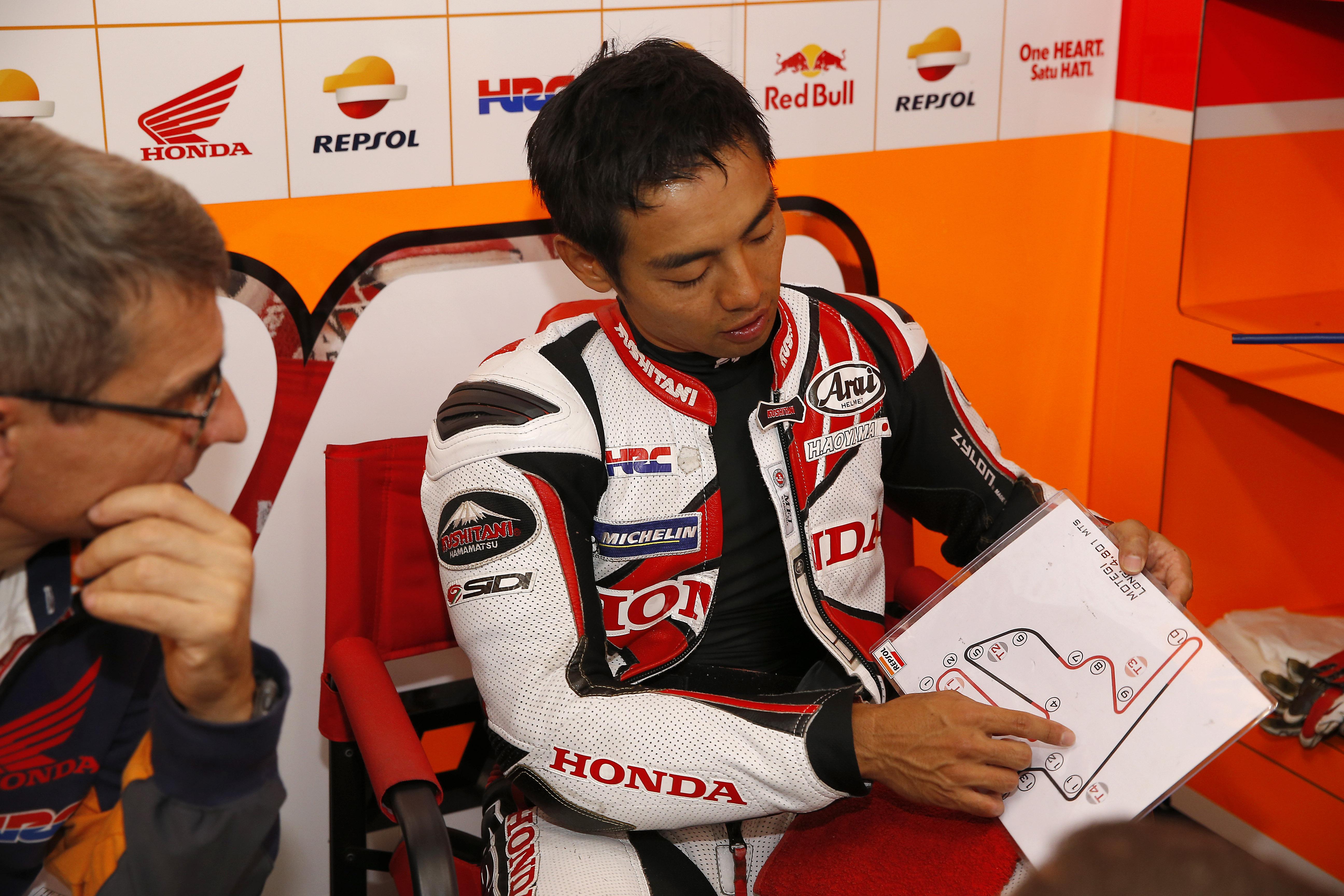 Aoyama planificando el GP en el Box junto a Ramón Aurín