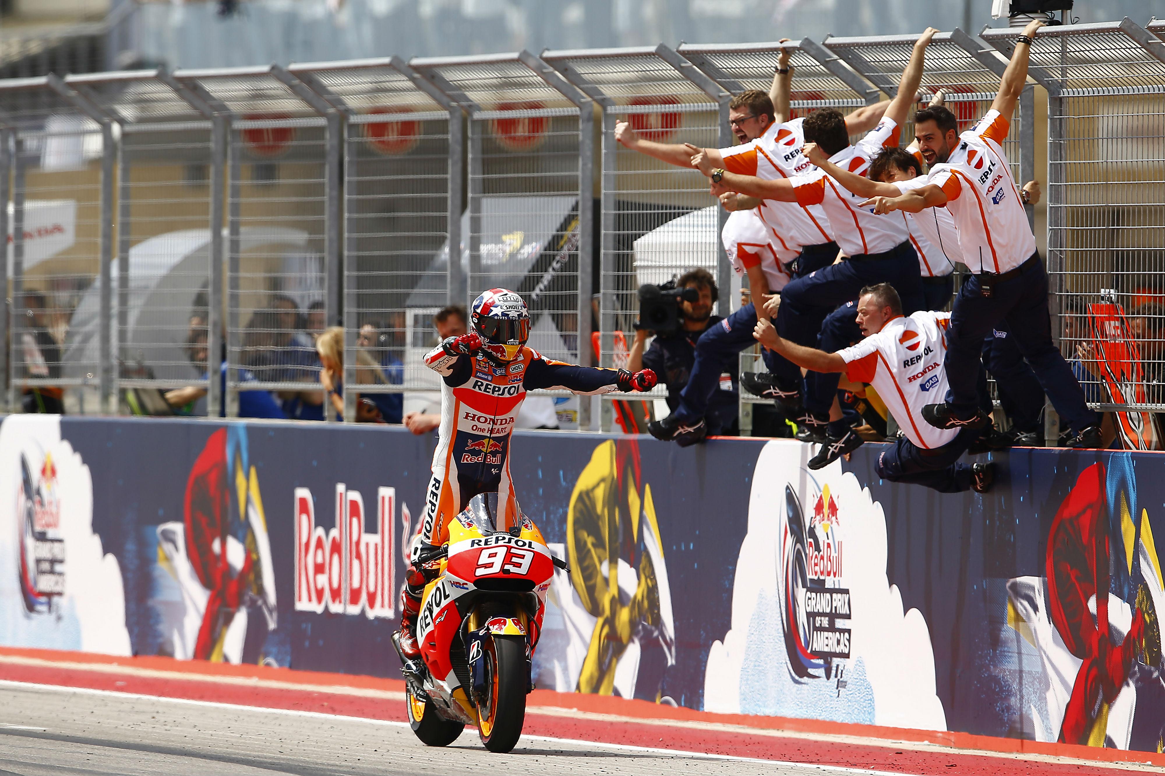 Marc Márquez celebra con su equipo en el muro