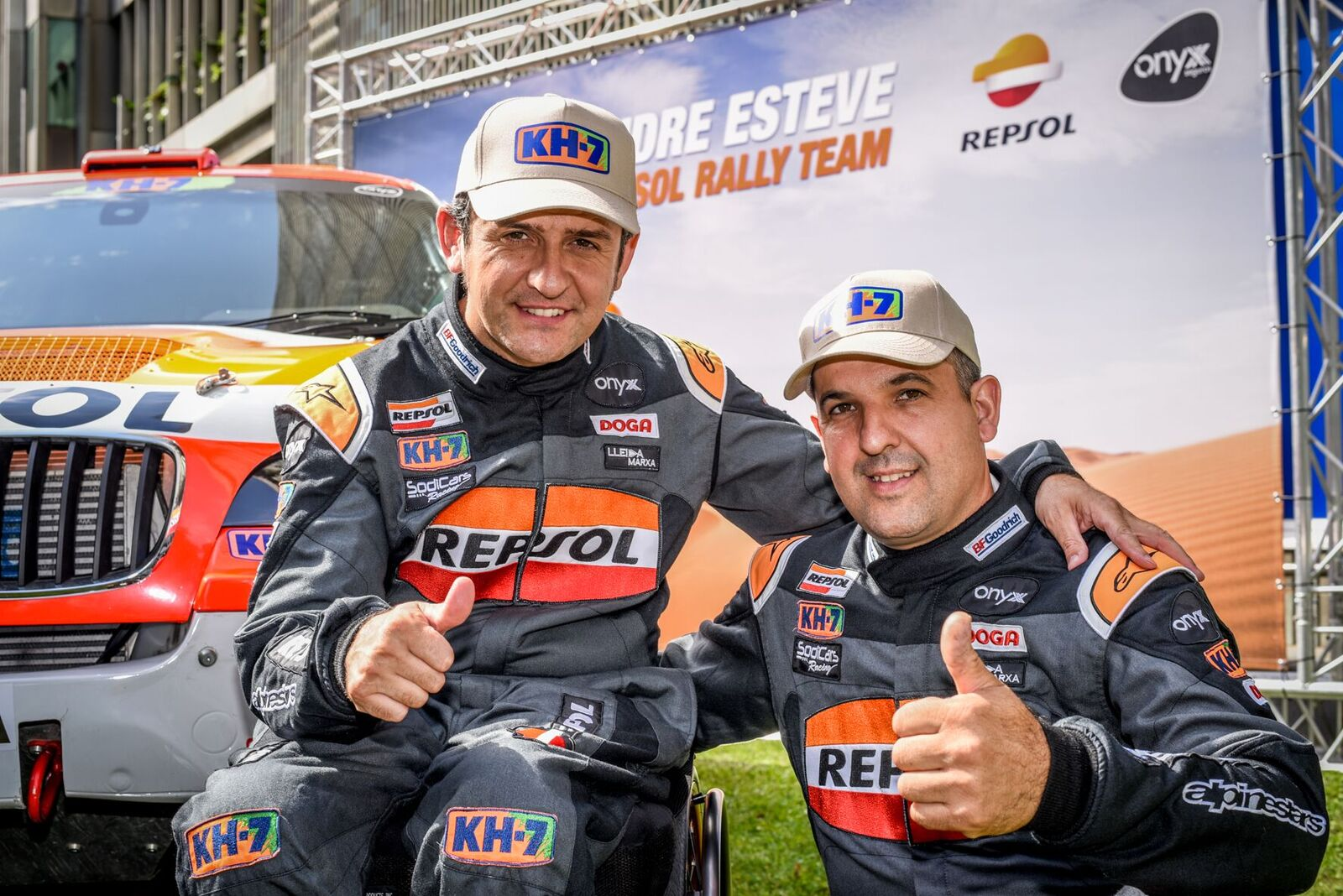 Isidre Esteve y Txema villalobos con monos de piloto de Rally