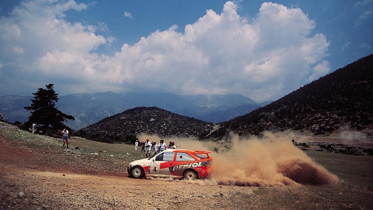 Carlos Sainz 1996 con el Ford Escort RS Cosworth tomando una curva en el rally Acrópolis