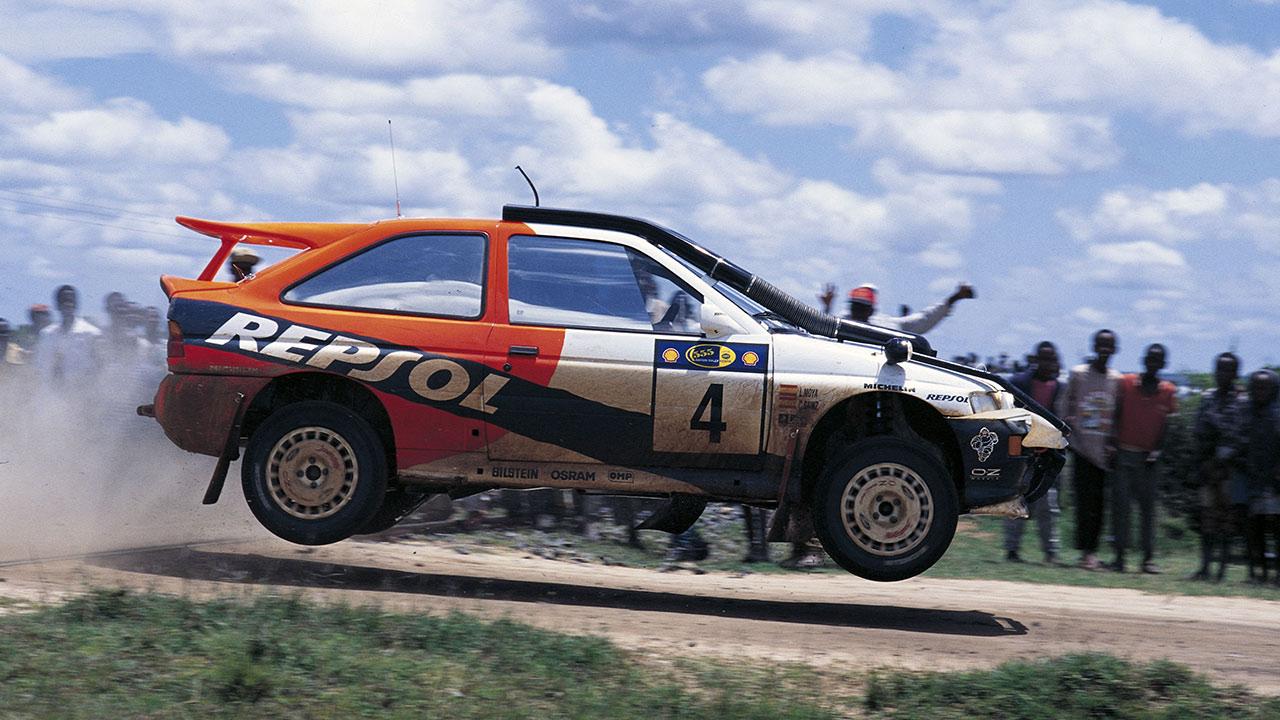 Carlos Sainz 1996 con el Ford Escort RS Cosworth dando un salto en el rally Safari