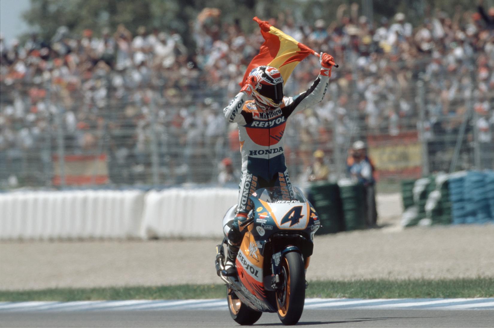 Álex Crivillé en 1998 celebrando la victoria en el GP de España