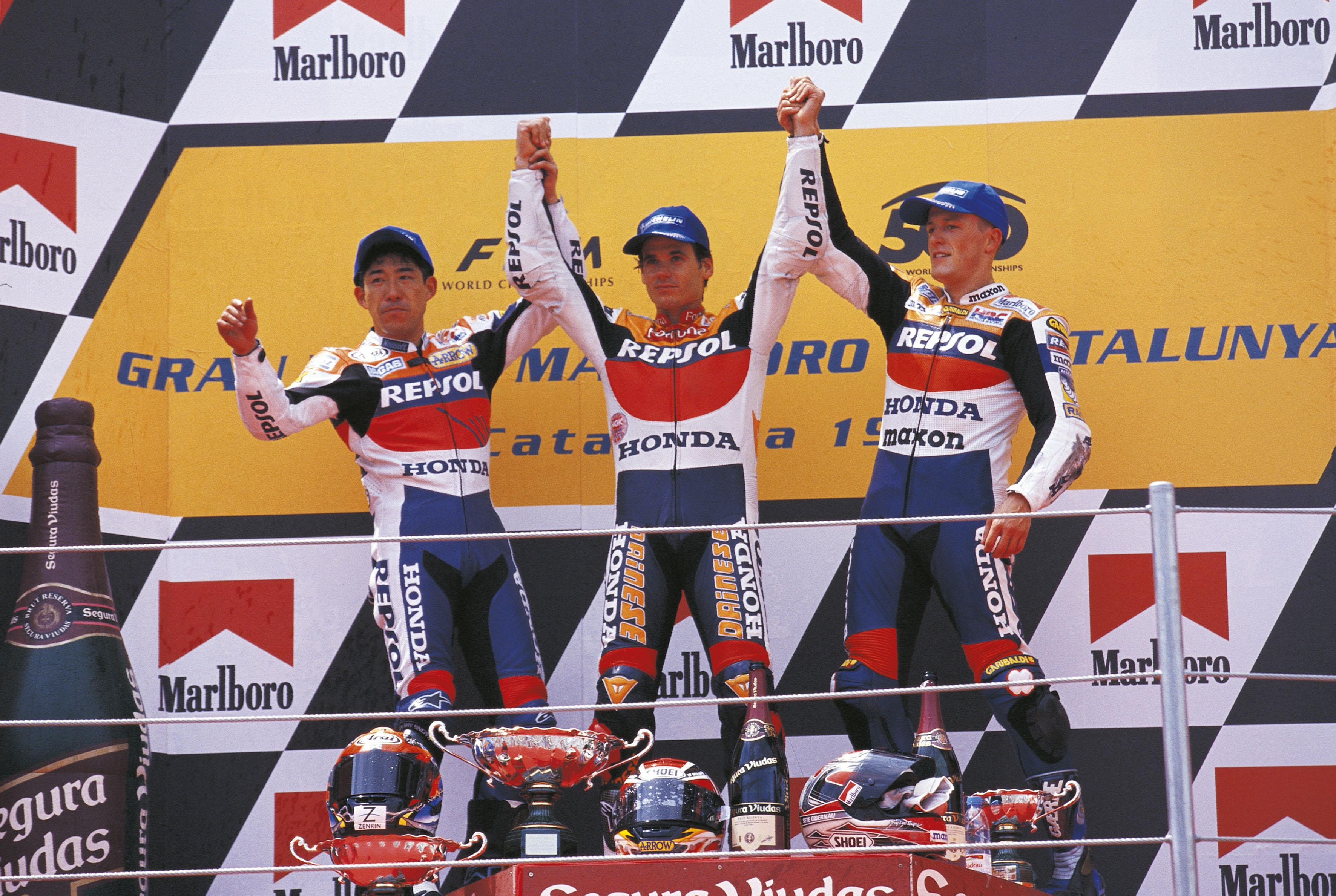 Okada, Crivillé y Gibernau en el podio en el circuito de montmeló