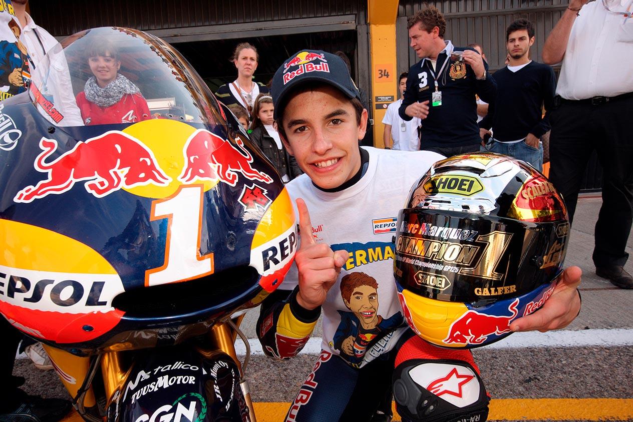 Marc Márquez junto a su moto con un 1
