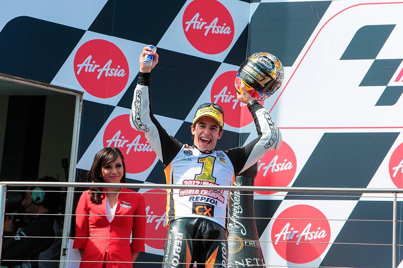 Marc Márquez en el podio con camiseta de campeón
