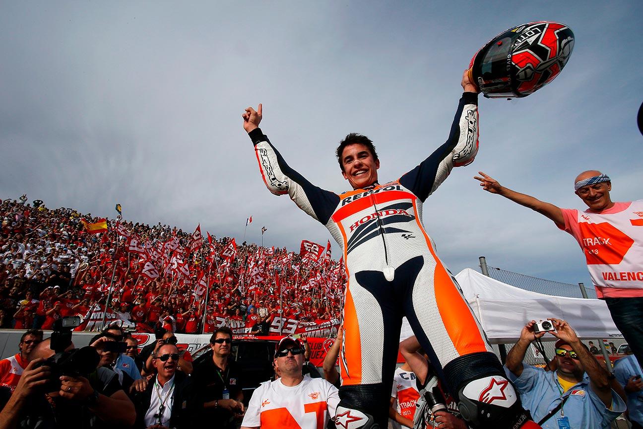 Contrapicado de Marc Márquez levantando los brazos