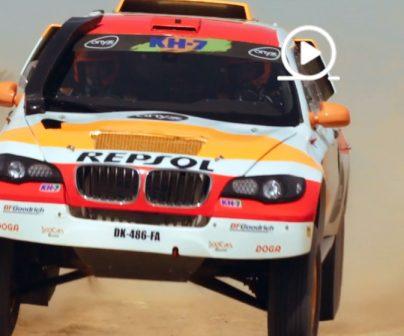 coche rally repsol corriendo en dunas