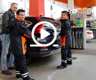 ¿Reconocerías a Marc Márquez y Dani Pedrosa en una estación de servicio?