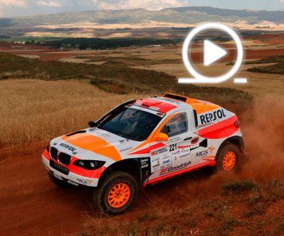 Coche de Rally Repsol corriendo por secano