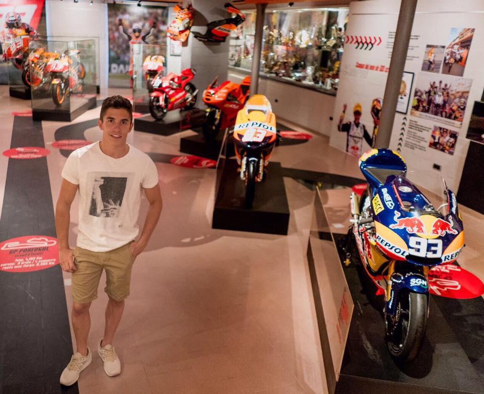 Marc Márquez en su museo del piloto junto a sus motos