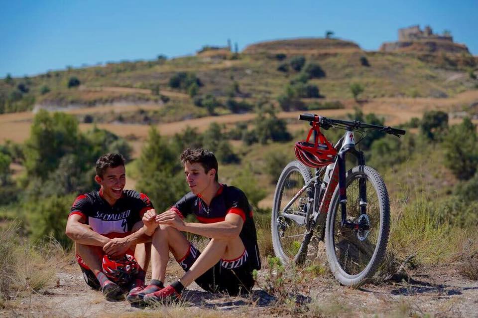 Marc y Álex Márquez en el monte con una bicicleta
