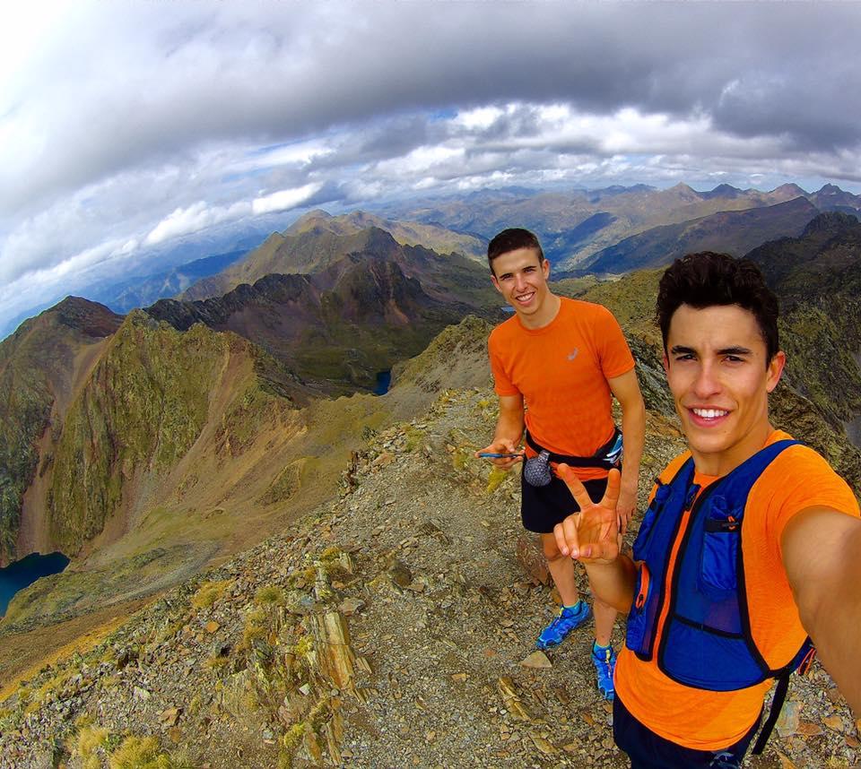 Marc y Álex Márquez en la montaña vestidos de naranja