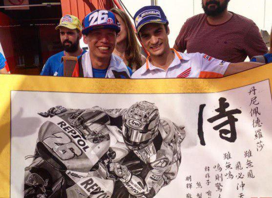 Dani Pedrosa con fan japonés y grabado con caligrafía japonesa