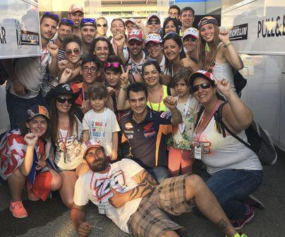 Dani Pedrosa junto a sus fans en Montmeló