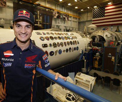 Dani Pedrosa posando en la NASA