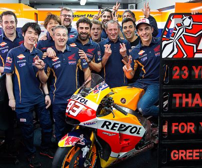 Marc Márquez posing with his team