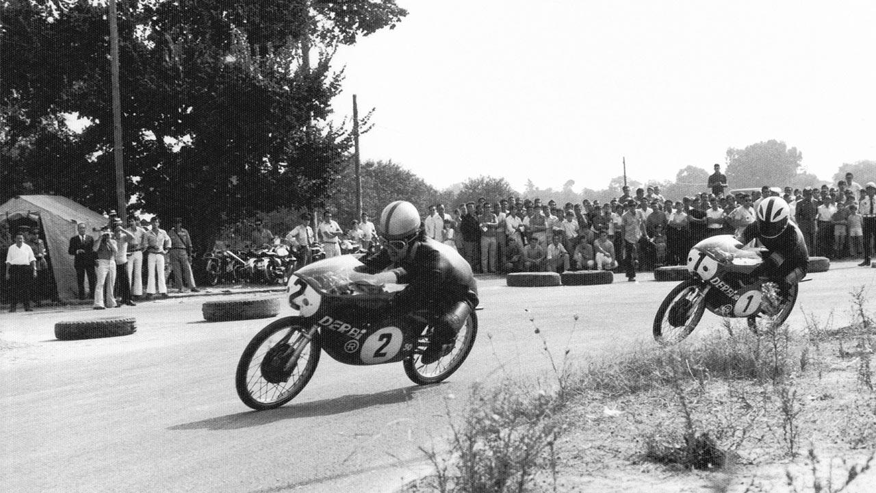 Ángel Nieto y Joan Pares compitiendo en sus Derbi Balas Rojas de 50cc