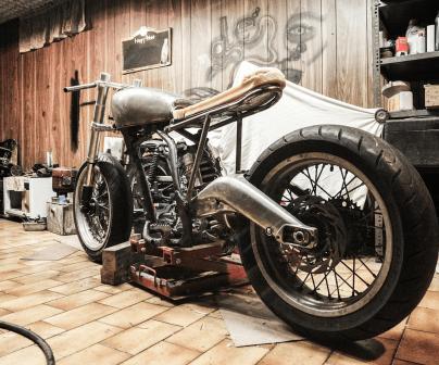 Imagen de una moto en un taller de reparación