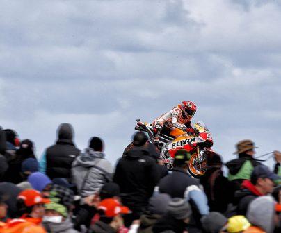 Marc Márquez pasando por una curva frene a los fans