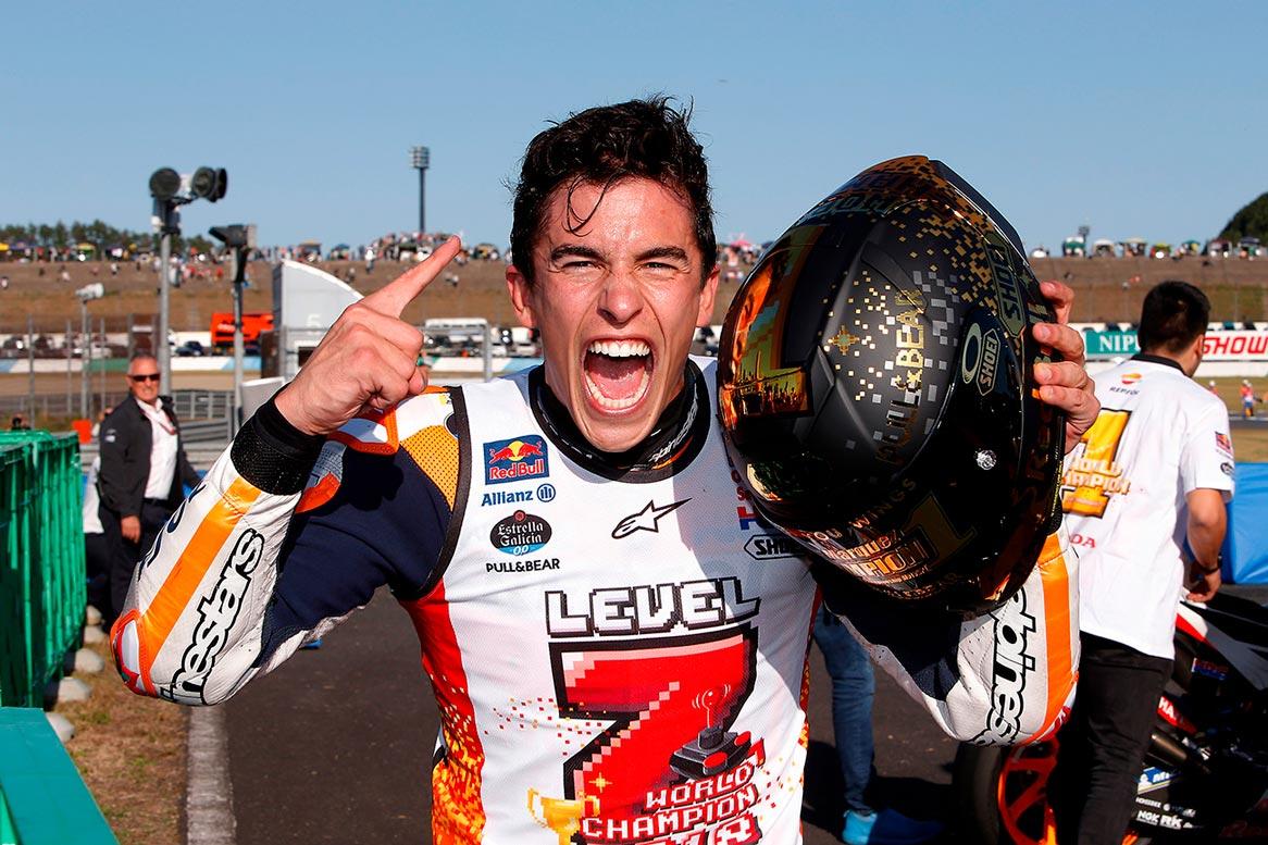 Marc Márquez celebra con el casco de campeón