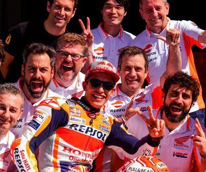 Marc con su equipo saludando sobre la moto