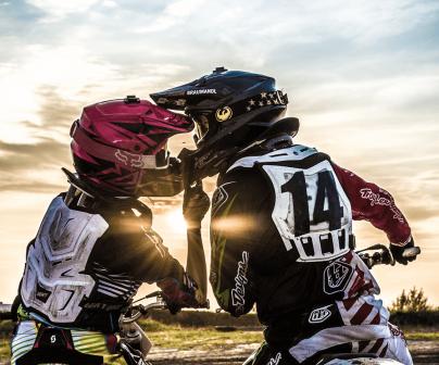 Pareja se besa montada en sus motos.