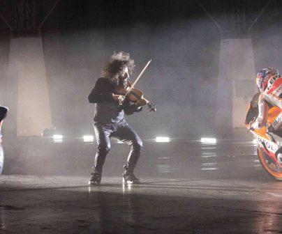 Ara Malikian tocando el violín junto a Marc Márquez y Dani Pedrosa