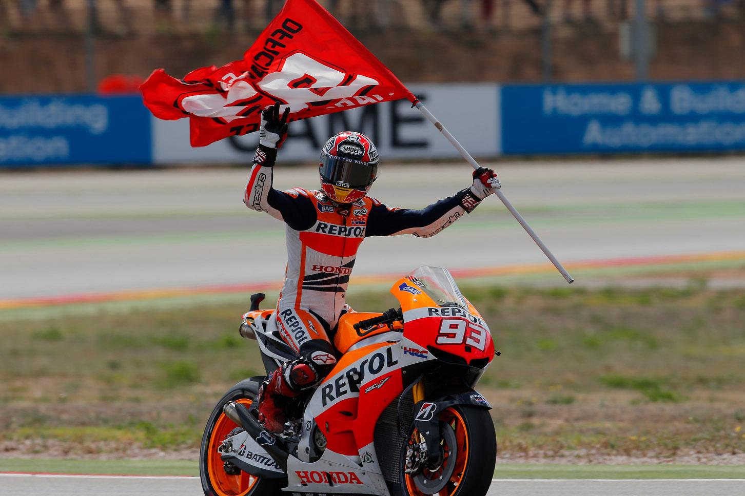 Marc Márquez con la bandera 93 hace la vuelta de la victoria