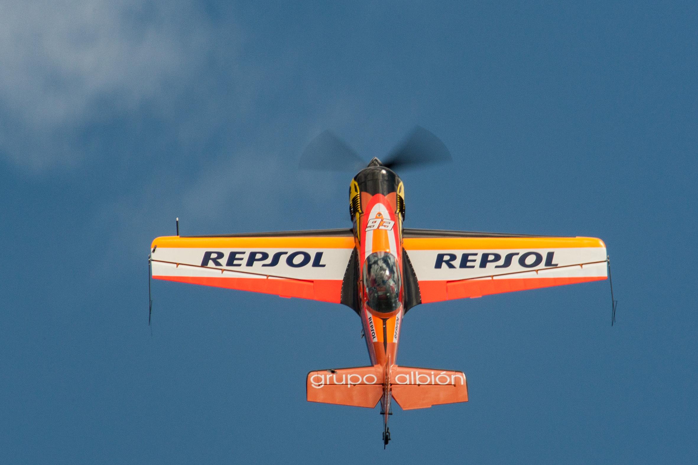Avión Repsol alzando el vuelo con número 93 junto a la hélice