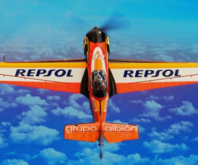 Cástor fantoba pilotando avión del Repsol Bravo3