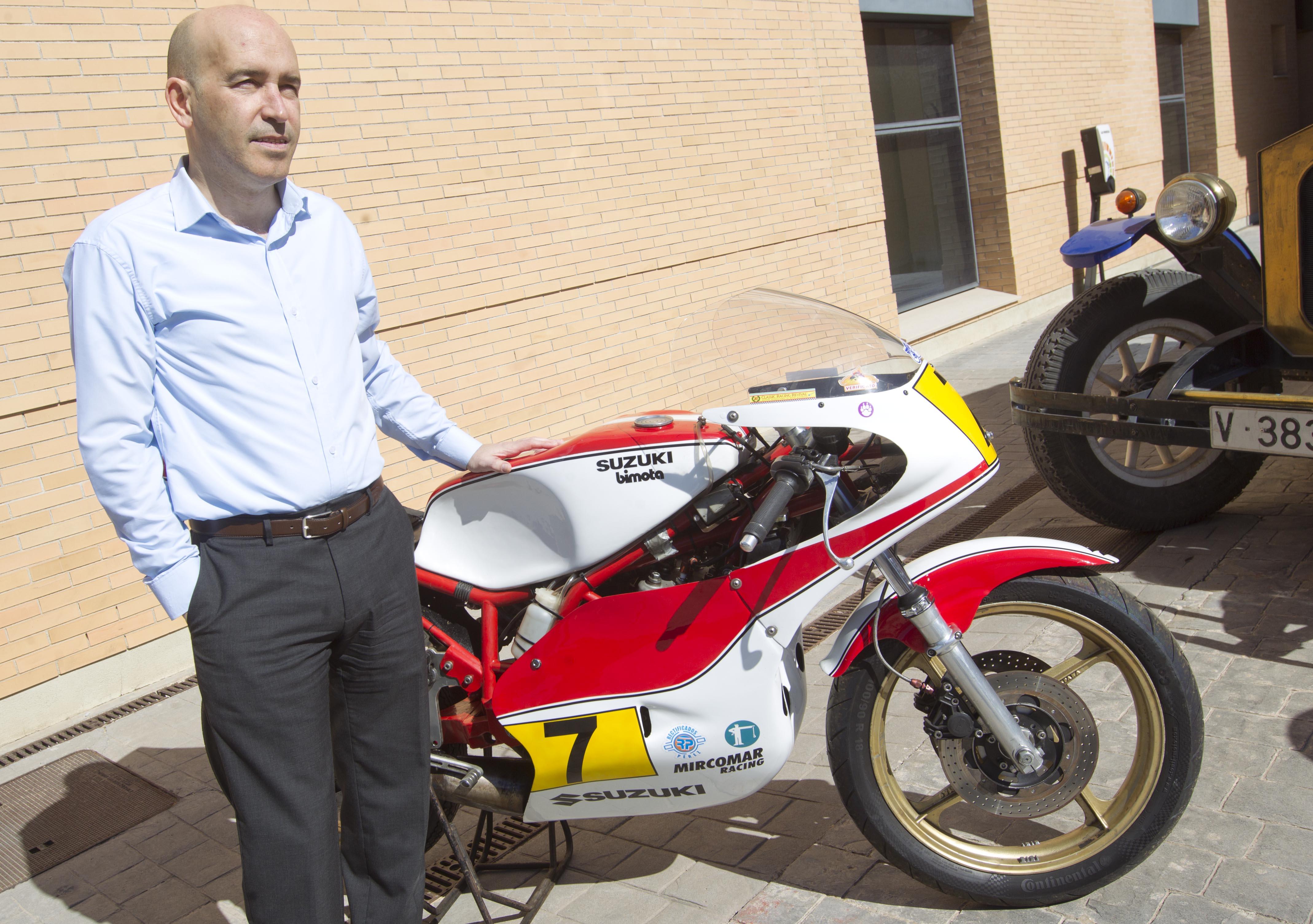 Gonzalo Gobert con moto Vintage