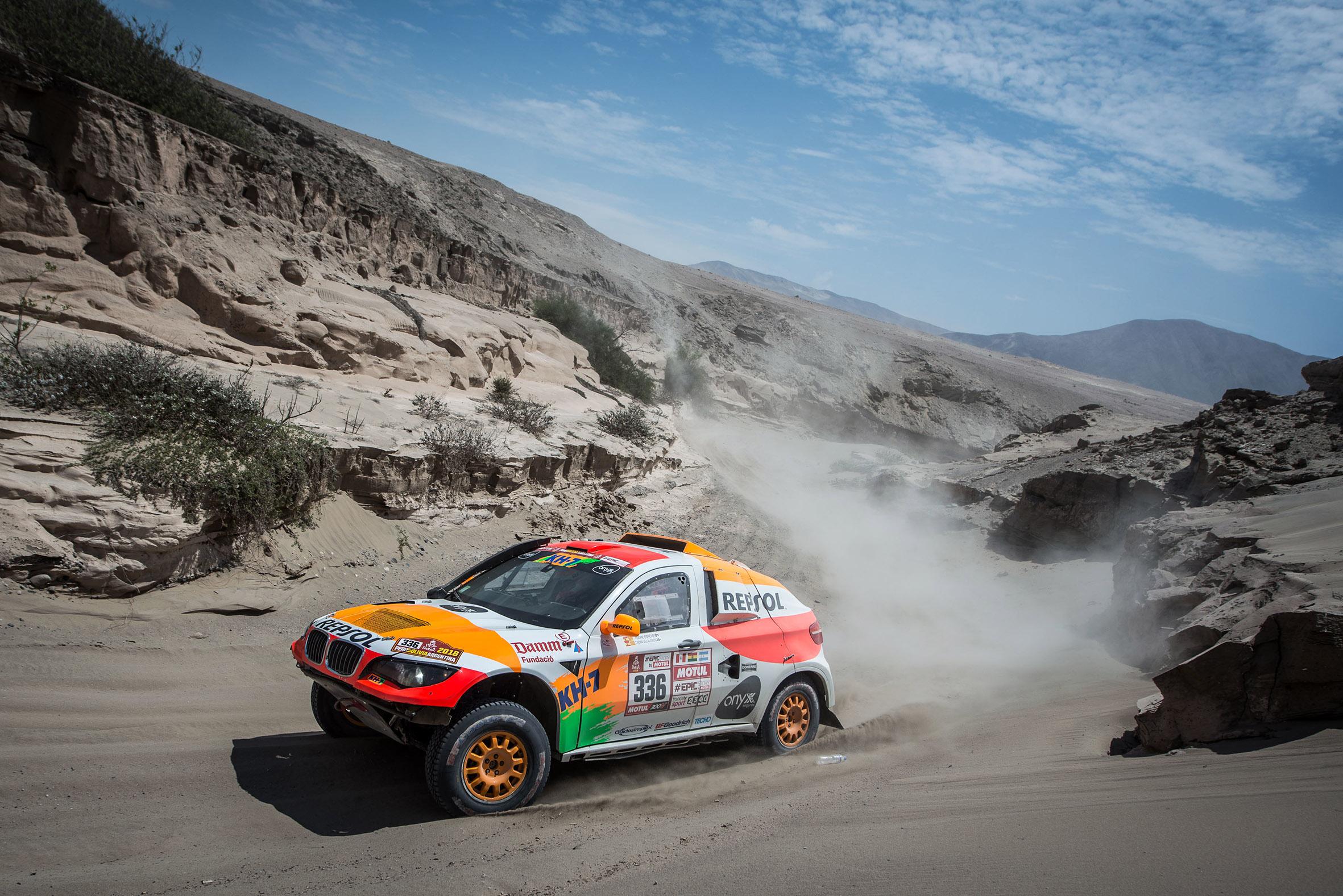 Coche Repsol de Rally Dakar surcando terreno árido