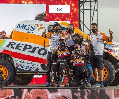 Isidre Esteve junto a su equipo y Toyota Hilux celebrando la llegada en el Dakar 2021 día 12